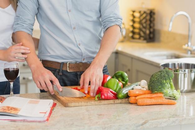 Homem cortando vegetais
