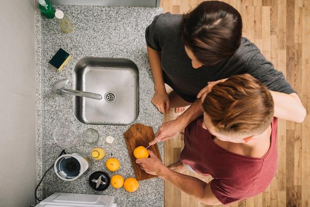 Homem, corte, laranja, em, cozinha, com, mulher