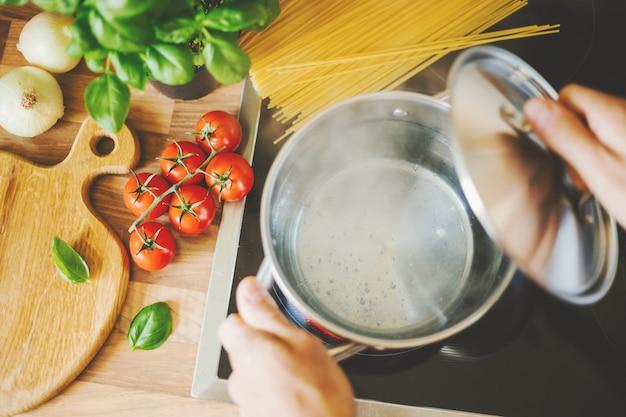 Homem, cozinhar, macarronada, em, água fervente