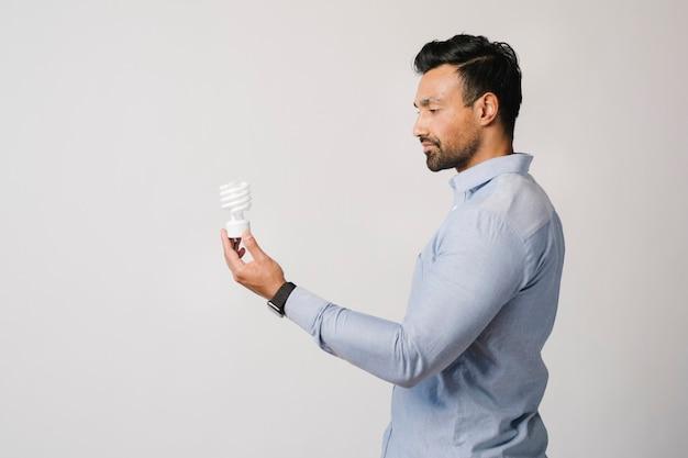 Homem criativo segurando uma lâmpada