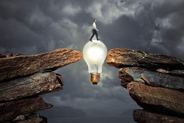 Homem cruzando um obstáculo graças a uma ideia inovadora.