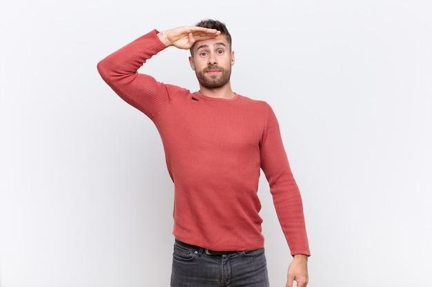 Homem cumprimentando com uma saudação militar em um ato de honra e patriotismo, mostrando respeito