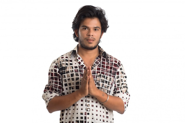 Homem cumprimentando 'namaste'. mãos que representam o cumprimento indiano tradicional, namaste (boa vinda), isolado no branco.