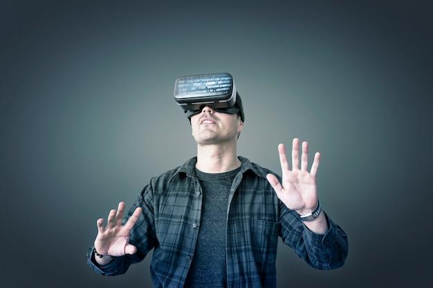 Homem curtindo um fone de ouvido de realidade virtual