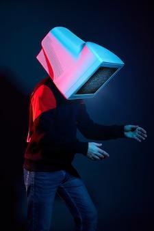 Homem cyberpunk com monitor em vez de cabeça, vício em computador e tv zumbi
