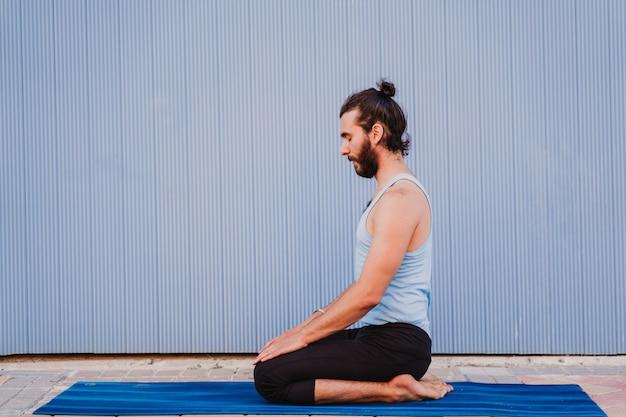 Homem da cidade praticando esporte de ioga