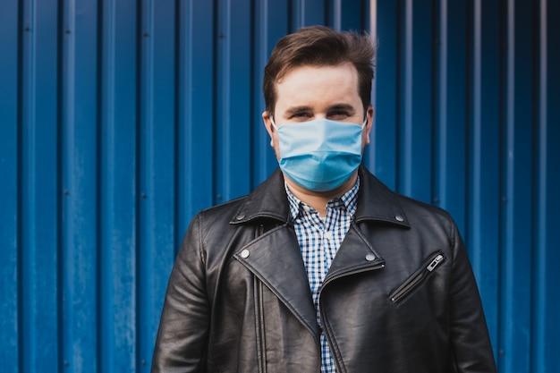 Homem da máscara contra doenças infecciosas e gripe.