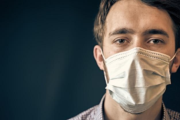 Homem da máscara. o vírus corona entrega o coronavírus de higiene que espalha o cabeçalho de prevenção de pandemia.