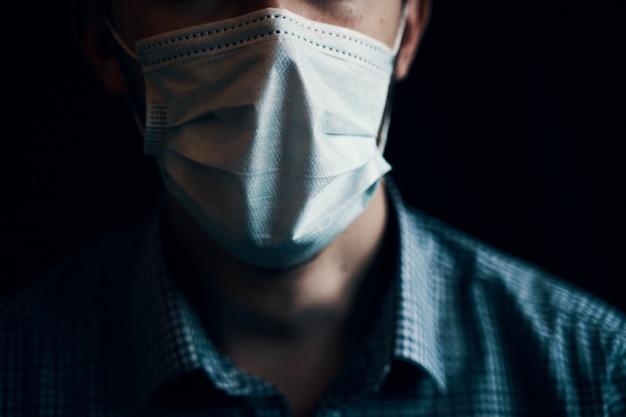 Homem da máscara. proteção contra doenças contagiosas, coronavírus. vista dramática