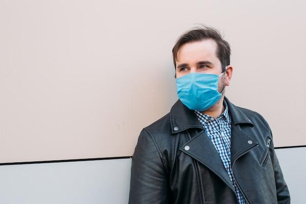 Homem da máscara protetora. homem doente com máscara de gripe, conceito de epidemia de gripe na rua.