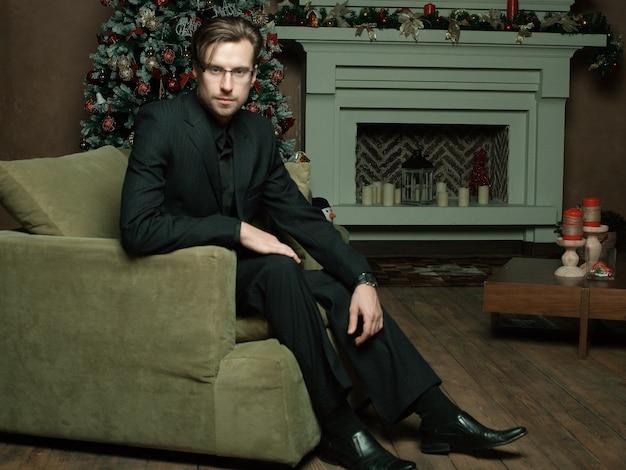 Homem da moda no interior moderno de luxo