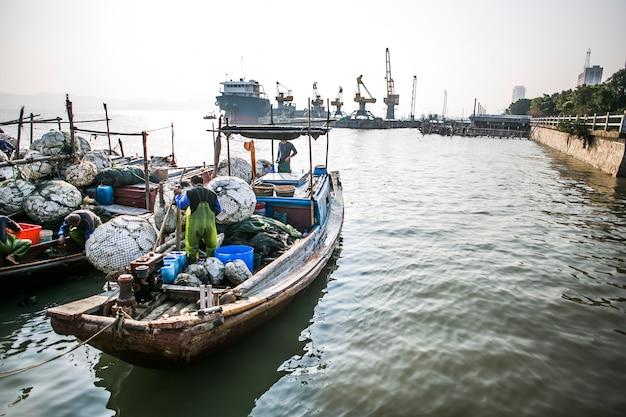 Homem da pesca trabalhar em seu barco