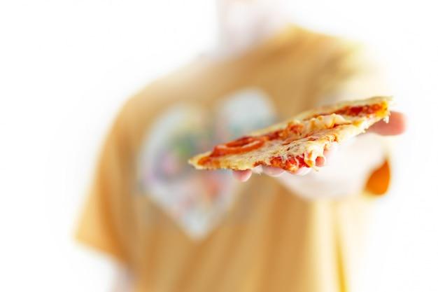 Homem dá uma fatia de pizza