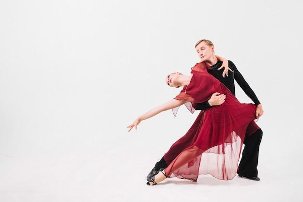 Homem dançando dança apaixonada com mulher