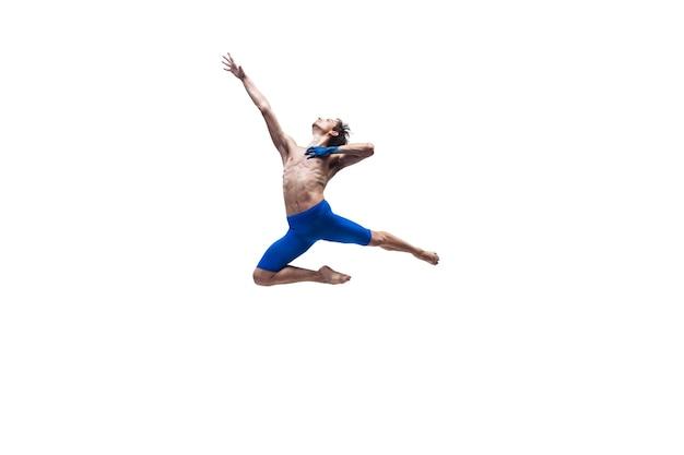 Homem dançarino com roupas azuis dançando no estúdio