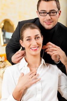 Homem dando a sua esposa um colar