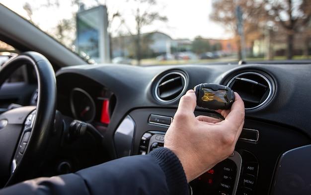Homem dando cheiro de carro para seu carro