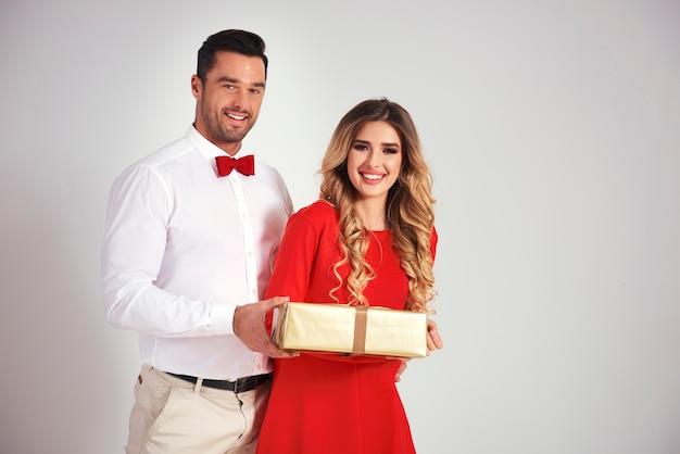 Homem dando presente de natal para a namorada