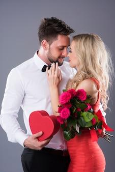 Homem dando presentes sonhados para sua mulher