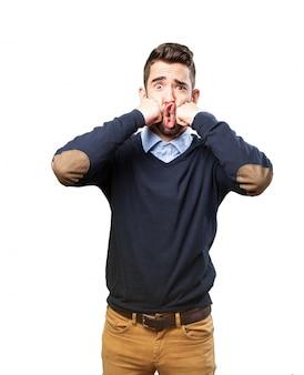 Homem dando-se dois socos na cara
