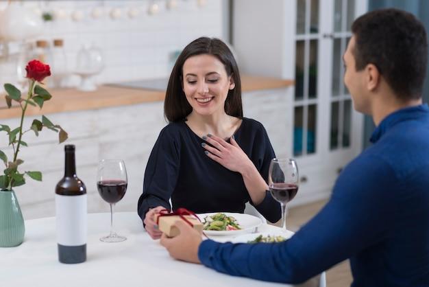 Homem dando sua namorada sorridente um presente para o dia dos namorados