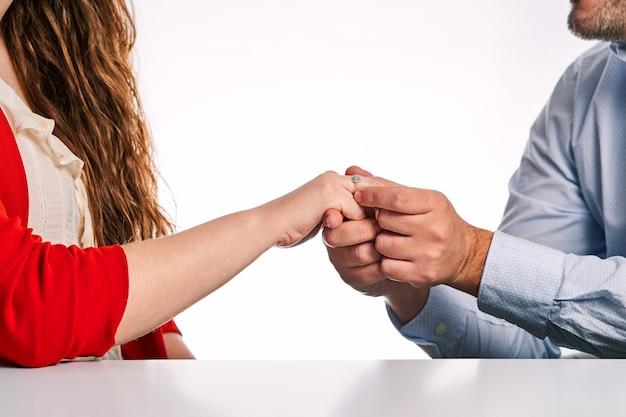 Homem dando um anel de noivado para sua parceira em casamento. conceito de dia dos namorados e casal apaixonado.