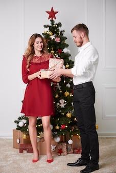 Homem dando um presente para mulher