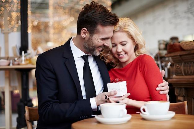 Homem dando um presentinho para a namorada