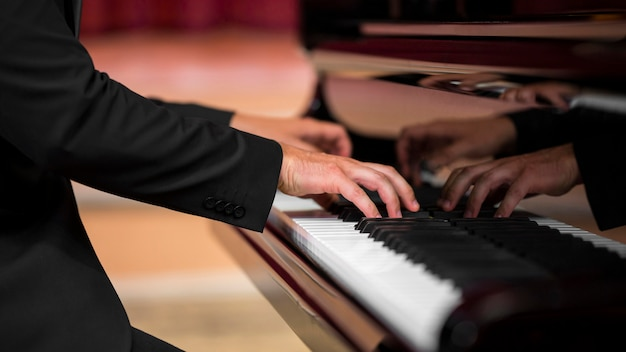 Homem dando um recital de piano clássico