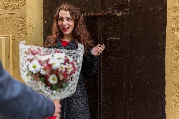 Homem, dar, flores, para, mulher, em, rua