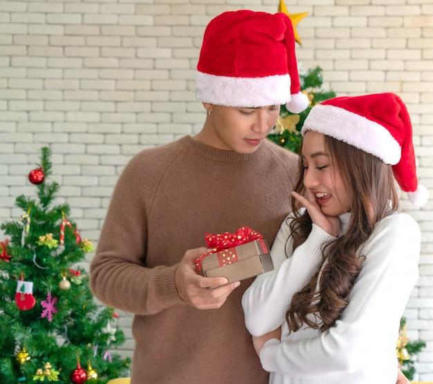 Homem, dar, menina, presente natal