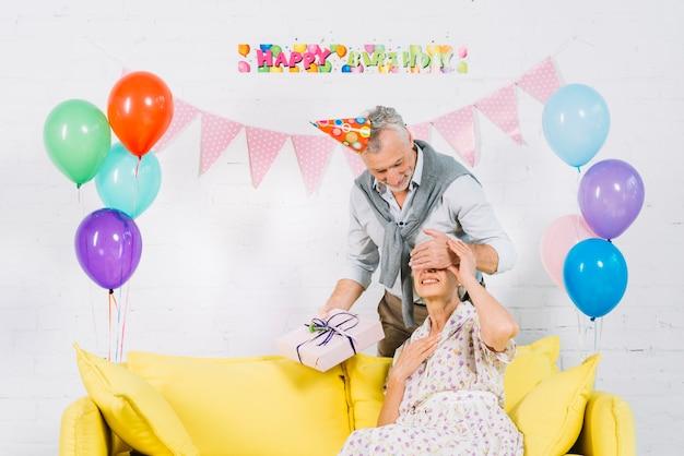 Homem, dar, presente aniversário surpresa, para, seu, esposa