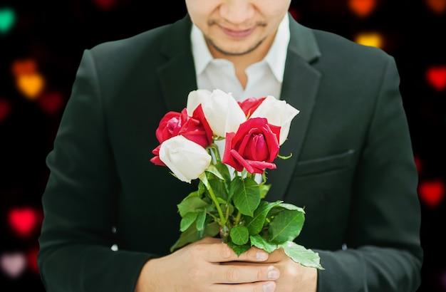 Homem, dar, vermelho branco, buquê, rosas, para, alguém, em, valentine's day