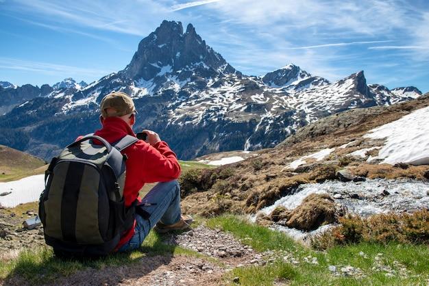 Homem de alpinista tirar uma foto com a câmera de ação
