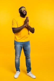 Homem de alto ângulo a rezar