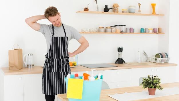 Homem de alto ângulo cansado de limpar a casa