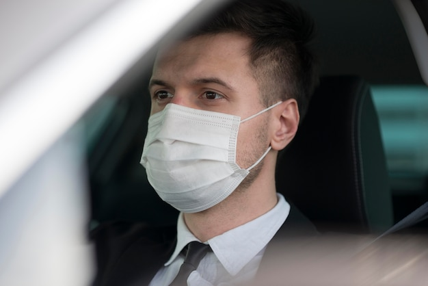 Homem de alto ângulo com máscara de condução