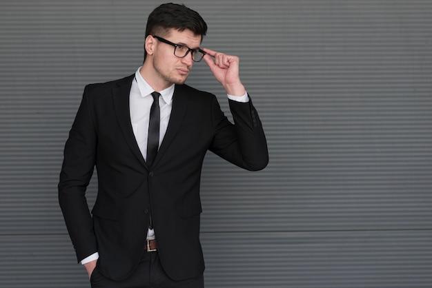 Homem de alto ângulo com óculos