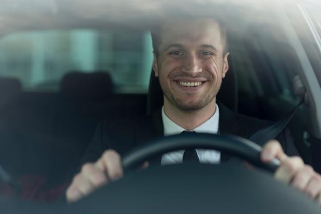 Homem de alto ângulo de condução