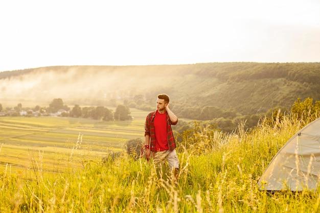 Homem de alto ângulo na montanha