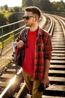 Homem de alto ângulo na ponte com binóculo