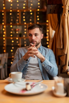 Homem de alto ângulo no restaurante pensando