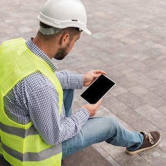 Homem de alto ângulo segurando tablet