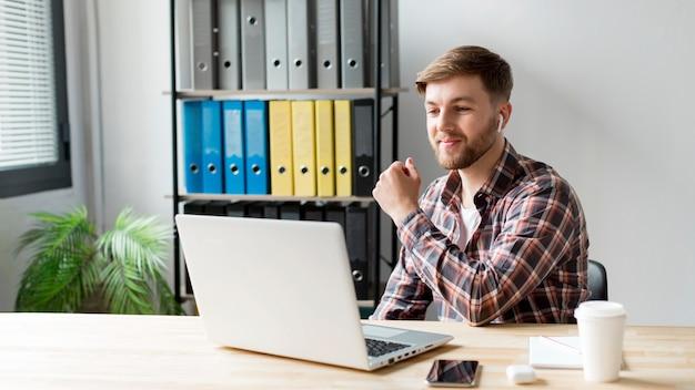 Homem de alto ângulo trabalhando no laptop