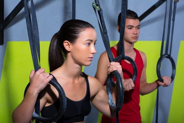 Homem de anel de mergulho crossfit e mulher relaxada depois de treino