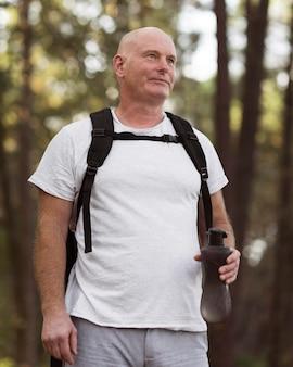 Homem de ângulo baixo com mochila
