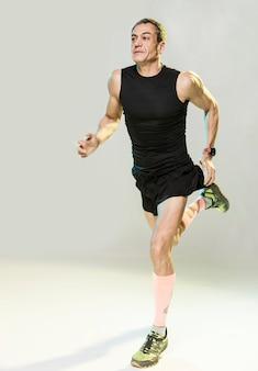 Homem de ângulo baixo correndo