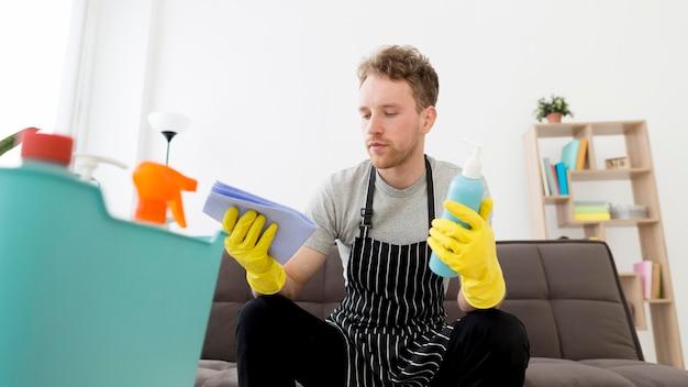 Homem de ângulo baixo de limpeza