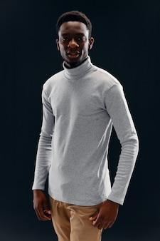 Homem de aparência africana, roupas da moda, autoconfiança