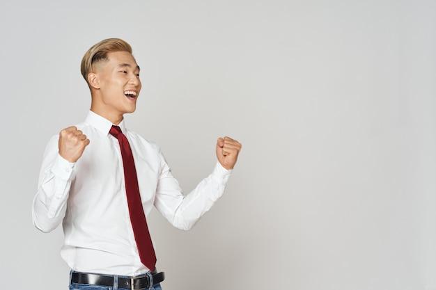 Homem de aparência asiática em camisa com gravata emoções sucesso gerente